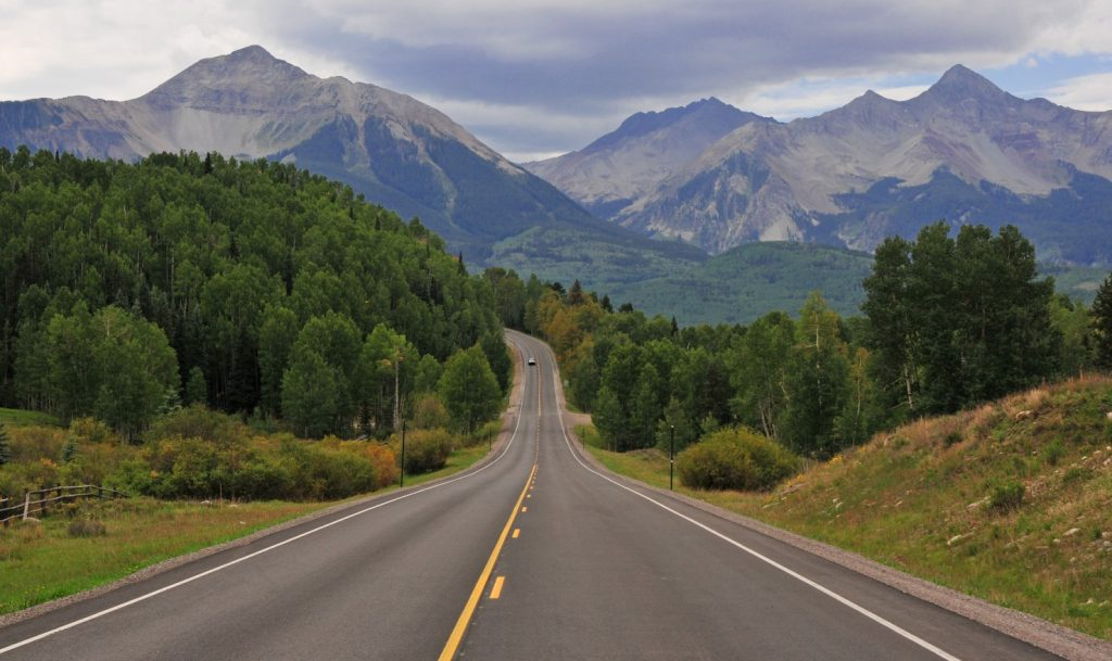 Die Rocky Mountains begleiten viele Deutsche von ihrer Jugend an als traum für einen USA-Urlaub. In zahllosen Westernfilmen geben sie eine unbeschreibliche Kulisse. Das Faltengebirge der Rocky Mountains erstreckt sich über 4500–5000 km von New Mexico durch die kontinentalen Vereinigten Staaten. Wer in Los Angeles, Albuquerque oder Phoenix seine Motorhomes bucht, steht praktisch mitten drin in der nahezu unberührten Natur der amerikanischen Bergwelt. (#51)