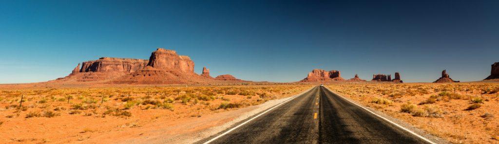 Von Städten im Westen wie Los Angeles (Kalifornien) oder Phoenix (Arizona) mit Motorhomes (Wohnmobilen) gut zu erreichen: das Monument Valley. Das Monument Valley ist eine Ebene auf dem sogenannten Colorado Plateau an der südlichen Grenze von Utah, angrenzend an Arizona gelegen. (#52)