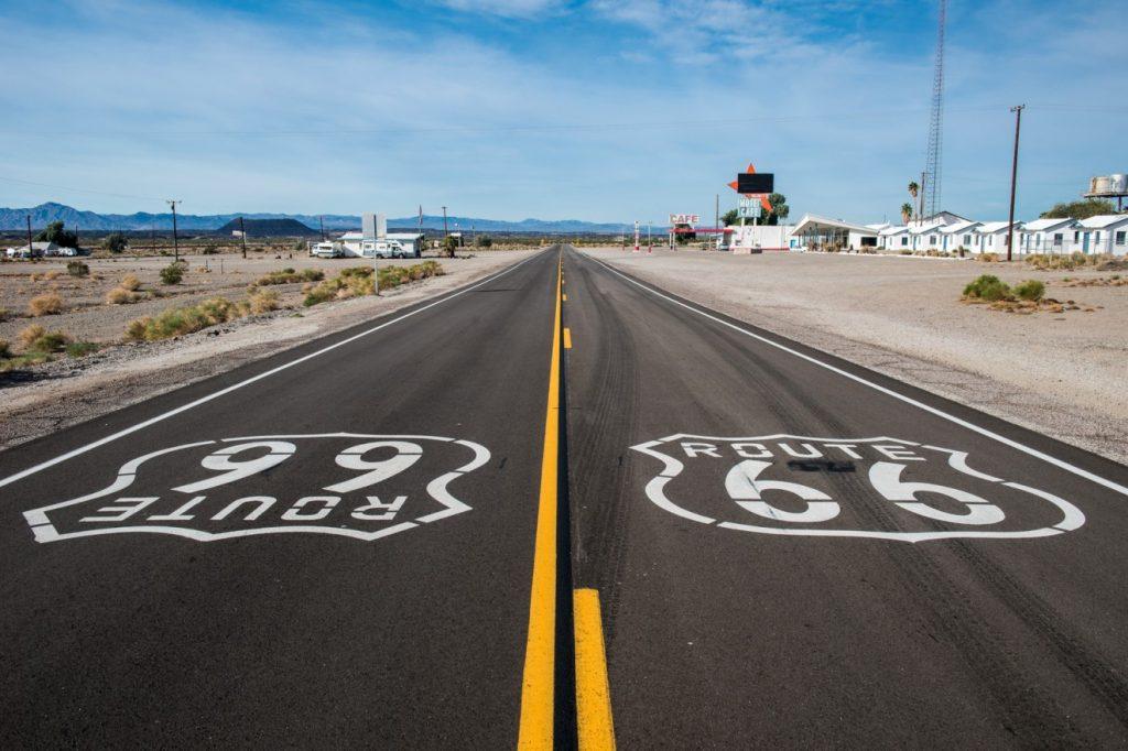 """""""Get your motor runnin'"""".. wer hat den blechernen Sound der Harley bei diesen Worten nicht im Ohr? Die """"Route Sixty-Six"""" ist für viele Biker der Inbegriff von Freiheit. Auch im Wohnmobil erlebt man dieses Gefühl, fährt man die vielen bekannten Stationen der Route 66 ab. Einstmals 2451 Meilen lang, führt die Route 66 von Chicago nach Santa Monica.   Der Roman """"Früchte des Zorns"""" von John Steinbeck zelebriert die Route 66 - auch und vor allem in der Verfilmung durch den Regisseur John Ford, der mit Henry Fonda die Hauptrolle des ersten Roadmovies exzellent besetzt hat. (#53)"""