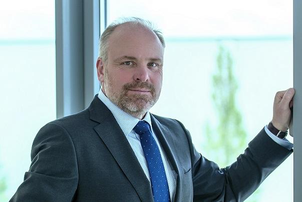 Der Klassiker im Businesslook für Männer ist der dunkle Anzug mit einem einfarbigen, hellen Hemd