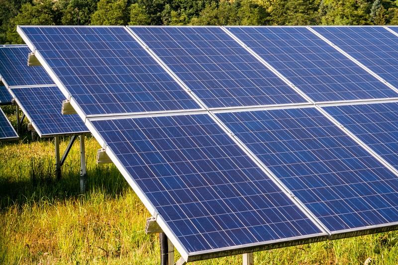 Solarplatten: Der sukzessive Umstieg auf erneuerbare Energien löst die Verbrennung fossiler Brennstoffe zunehmend ab und zeigt ebenfalls positive Auswirkungen in Bezug auf den Klimaschutz. (#01)