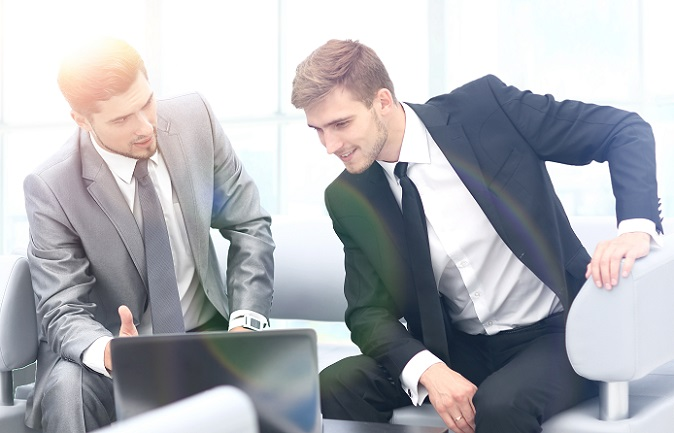 Für die Berechnung des Lohns ist es ebenfalls sinnvoll, die Gehaltskurve im Hinterkopf zu behalten. Je nach Qualifikation liegt das Einkommensmittel bei Angestellten bis 22 Jahre etwa bei 27.750 Euro pro Jahr.(#02)