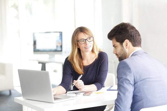 Kredite für Selbstständige und Freiberufler, gerade im Start-up-Bereich, sind in der Regel teurer als die für Angestellte. Dennoch gibt es Möglichkeiten, als junger Gründer einen Kredit bewilligt zu bekommen.(#01)