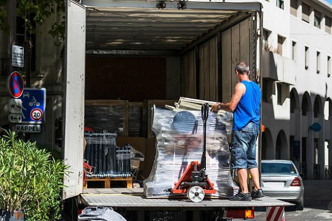 Darüber hinaus sind durch die Internationalität des Warenverkehrs gute Englischkenntnisse bei einem Job als Lagerarbeiter vonnöten. (#03)