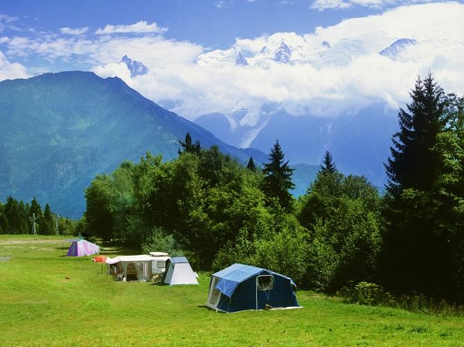 Die Erlebniswelten im Jura eignen sich auch als Ziel für den ersten Urlaub nach der Firmengründung. Im ersten Moment scheint Camping zwar anstrengender zu sein als ein Pauschalurlaub im Hotel, doch das Auftanken funktioniert inmitten der Natur viel besser.(#04)