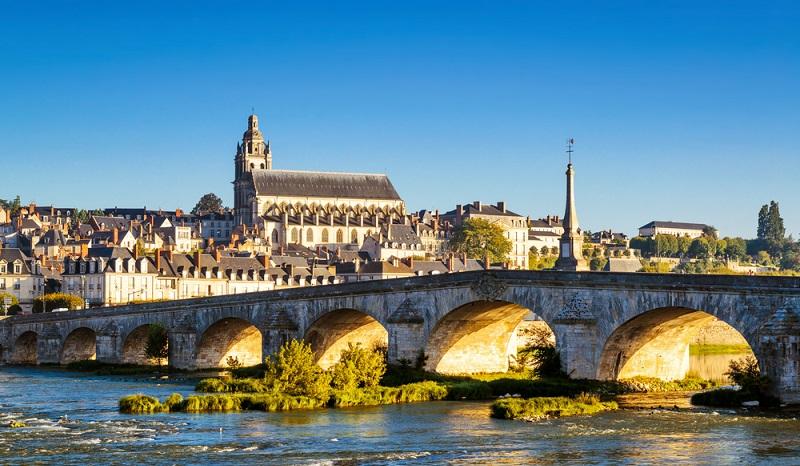 Blois Franz I., König von Frankreich, baute an zwei der Loire-Schlösser mit. Zu diesen beiden gehört auch das Schloss Blois, das ab dem 13. Jahrhundert in mehreren Planungs- und Arbeitsschritten erbaut wurde. (#01)