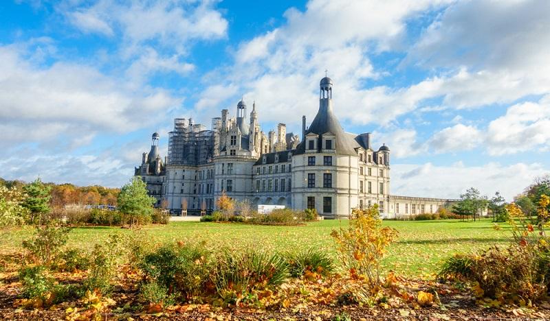Chambord Erkundet man beim Camping Loire-Schlösser, so ist das Schloss Chambord ein absolutes Muss. Es ist wohl das berühmteste aller Loire-Schlösser.(#02)