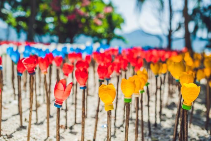 Kunst mit versteckter Kritik: gefundene PET Flaschen werden zu einem bunten Blumenmeer. (#4)