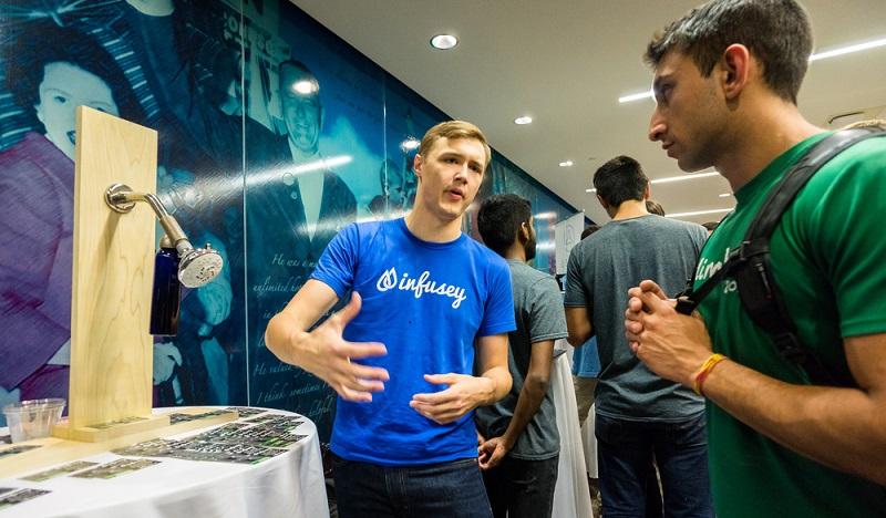 """Oft gibt es in regelmäßigen Abständen die sogenannten """"Pitching Days"""". Hier haben junge Unternehmen die Möglichkeit, ihre Konzepte vorzustellen. (#03)"""