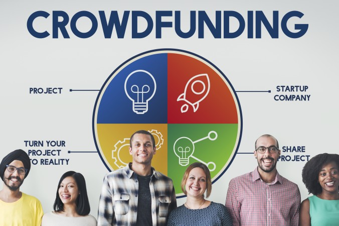 """Crowdfunding setzt sich aus zwei Begriffen zusammen: """"crowd"""" (Menschen/-Menge), und """"funding"""" (Finanzierung). Manchmal werden auch Begriffe wie Schwarmfinanzierung oder Gruppenfinanzierung benutzt. (#1)"""