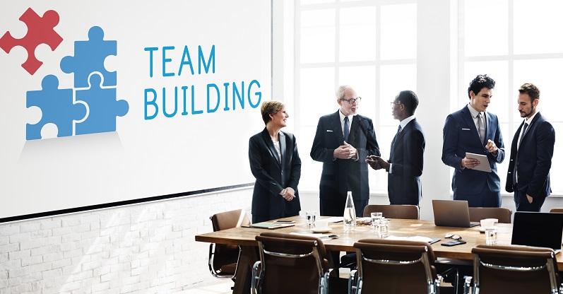 Die Teammitglieder sollten miteinander kommunizieren und sich im Zweifelsfall gegenseitig helfen. Das wirkt sich positiv auf die Produktivität aus. (#02)
