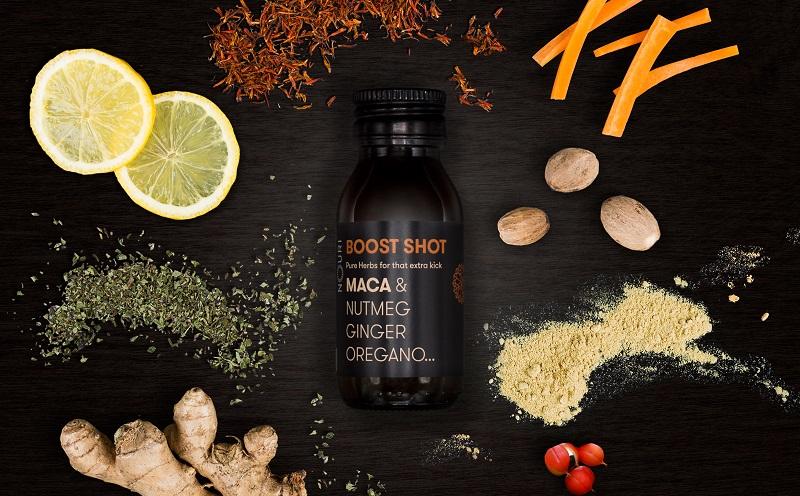 Zu den Inhaltsstoffen der Nouri Getränke gehören unter anderem Maca, Muskatnuss, Ingwer und Guarana sowie Grüner Tee. (#02)