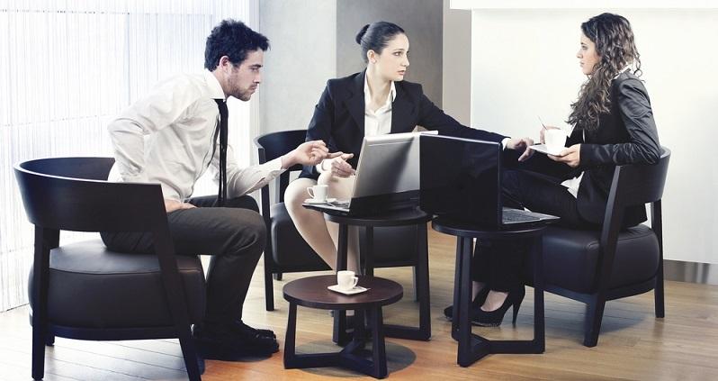 In den freundlich gestalteten Ruhezonen fühlen sich die Mitarbeiter wohl und sprechen in entspannter Atmosphäre über ihre Ideen. (#02)