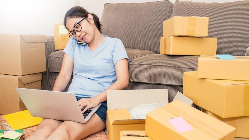 Im Online-Versandhandel spielt die Logistik von der Lagerhaltung über den Versand bis zur Verpackung eine wichtige Rolle. Auch solche Aspekte wie die Verpackungsmaterialien sollten genau geplant werden. (#01)