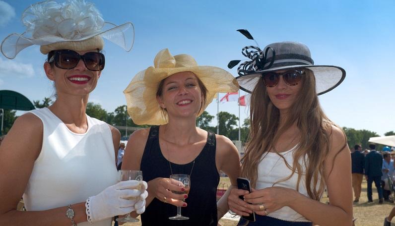 Gleichzeitig besticht der Rennsport durch seine Traditionen. Man denke hier an den Hutwettbewerb, dem sich die weiblichen Besucherinnen immer noch gern stellen. (#03)
