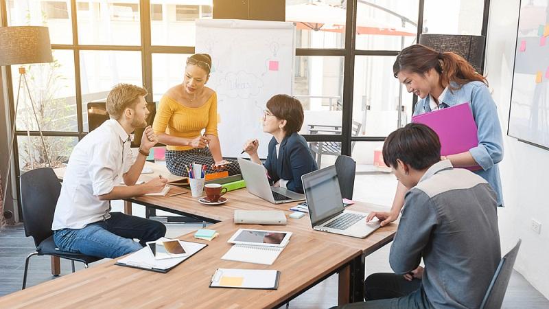 Geht es darum, die Weiterbildung der Mitarbeiter exakt auf die Zielsetzung des Unternehmens abzustimmen, kommen Arbeitgeber um maßgeschneiderte Inhouse Schulungen nicht herum. (#01)