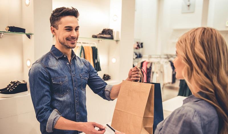 Der Verkäufer ist ein klassischer Mitarbeiter des Einzelhandels und von Tarifabschlüssen in der Branche betroffen. (#1)