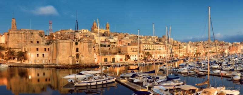 Unternehmen und Unternehmer müssen dort ansässig sein (letzterer mindestens 183 Tage im Jahr). Deswegen kommt man kaum umhin, seinen Wohnsitz nach Malta zu verlegen. (#03)