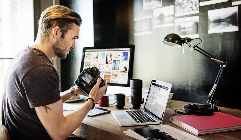 Die einen studieren an einer einschlägigen Fotoschule die Fotografie, die anderen sind besonders praxiserfahren und bieten ihre Dienste ohne einschlägige Ausbildung an. Doch wer keine feste Ausbildung genossen hat, darf sich eigentlich nicht als Fotograf bezeichnen, sondern beispielsweise als Fotodesigner.