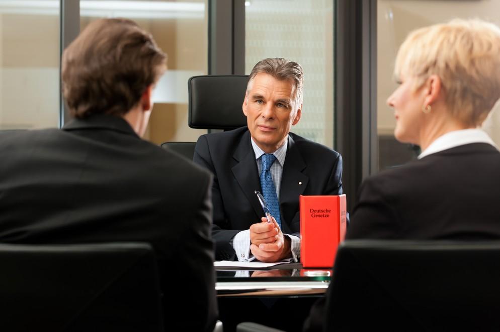 Für die Gründung der Kommanditgesellschaft gibt es ein geregeltes Verfahren. Alleine schon die Ausgestaltung des Vertrags lässt es geraten erscheinen, einen Anwalt oder Notar zu Rate zu ziehen. (#3)