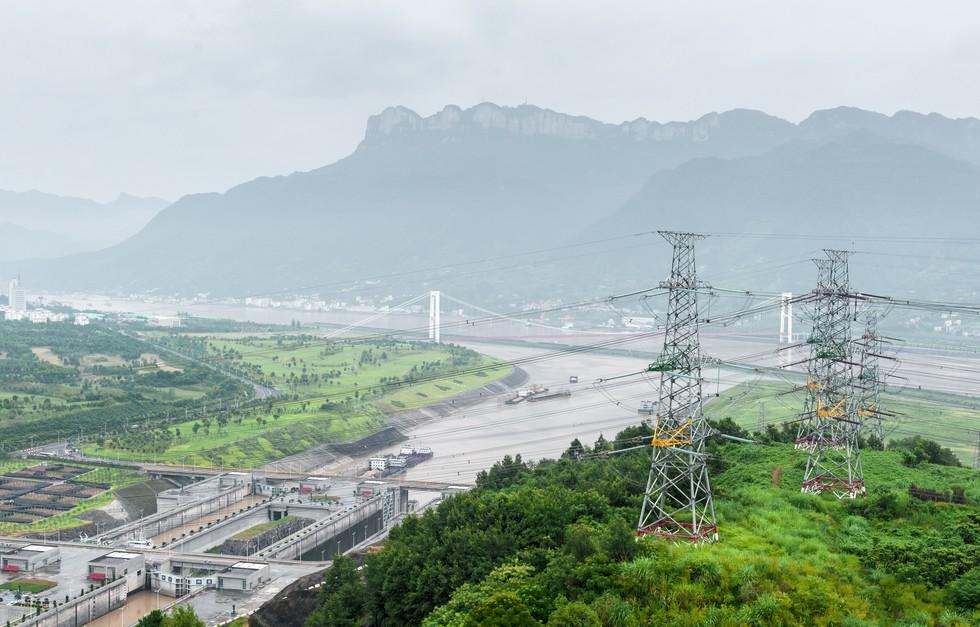 Die Stromerzeugung aus Wasserkraft spricht sicherlich für den Drei Schlucht Staudamm. 49 Millionen Tonnen Kohle müssten verheizt werden, um die gleiche Strommenge zu erzeugen, die von den Turbinen des Drei Schlucht Staudamm alleine im Jahr 2014 produziert wurde. (#3)