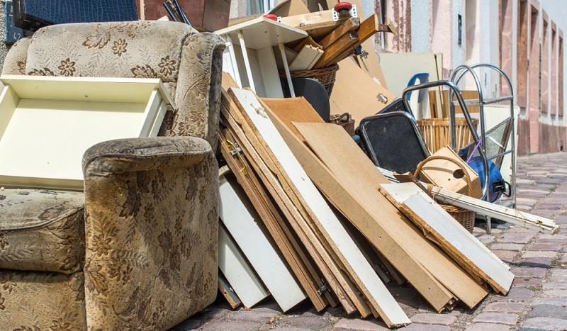 Hier liegt überall Müll! Die Berliner Stadtreinigung sorgt dafür, dass Sperr- und Hausmüll regelmäßig abgeholt werden. Letzterer wird sogar bis zu einer Menge von drei Kubikmetern kostenfrei entsorgt, danach kostet der Spartarif bis zu fünf Kubikmeter 50 Euro.