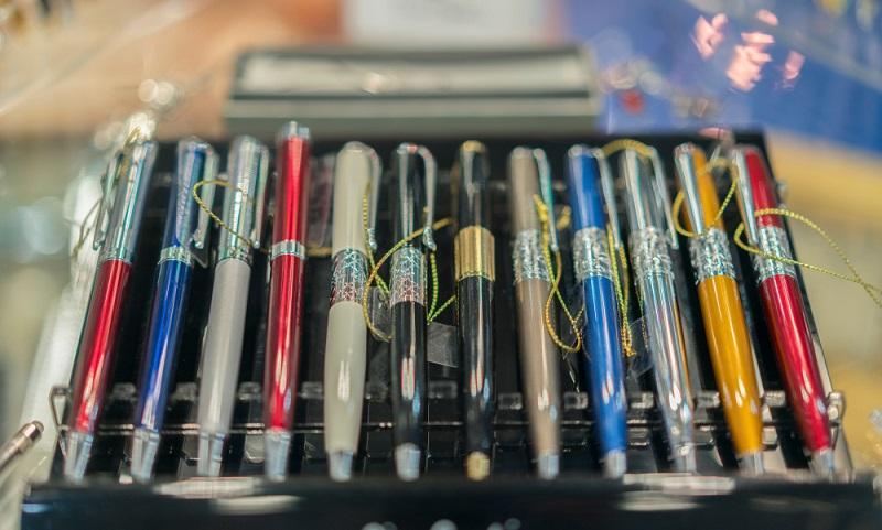 Kugelschreiber zusammenbauen ist kein Job, der in Heimarbeit vergeben wird. (#01)