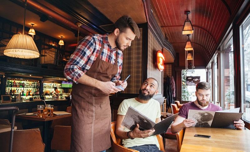 Viele Menschen sind gezwungen einen Nebenjob auszuüben, um finanziell über die Runden zu kommen. Will man die Familie auch noch sehen, fallen Kellnerjobs aus. (#04)