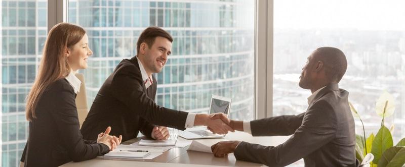Die Risiken für einen Arbeitnehmer sind quasi nicht vorhanden. Er bekommt einen günstigen Arbeitgeberdarlehen Zinssatz geboten und kann bei der Verhandlung der Konditionen seine Wünsche äußern bzw. festlegen lassen. ( Foto: Shutterstock- fizkes)