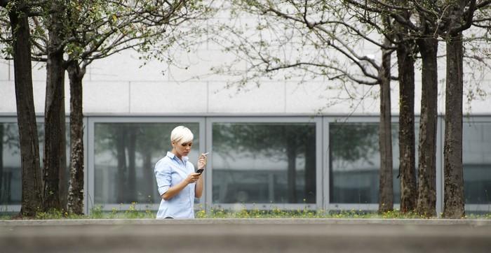 Raucherpausen werden oft zum Streitpunkt zwischen Arbeitgeber und Arbeitnehmer, vor allem dann, wenn diese nicht korrekt als Nicht-Arbeitszeit deklariert werden. In diesem Fall handelt es sich schlicht um Arbeitszeitbetrug. (Foto: shutterstock - Diego Cervo)