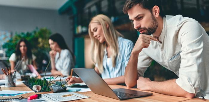 Coworking: Definition, Bedeutung & Kosten (Foto: Shutterstock - 4 PM production)