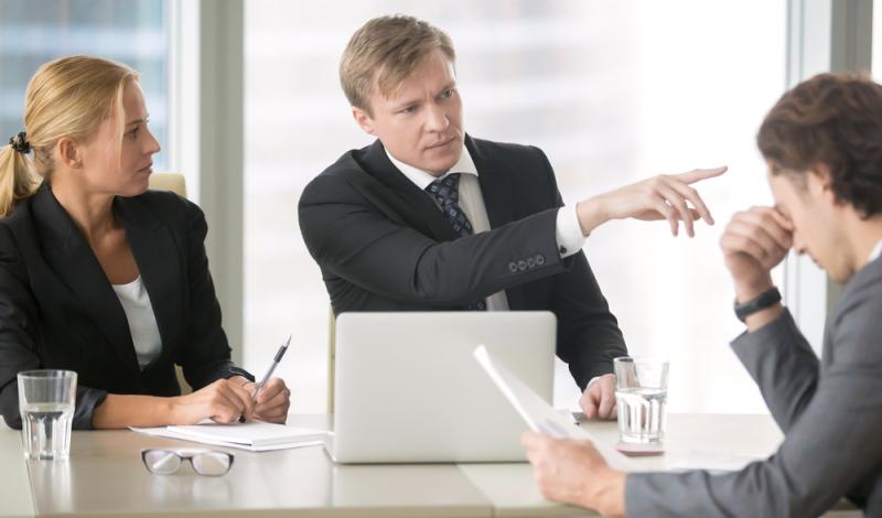 Es ist möglich, dass nach der Beendigung des Arbeitsverhältnisses eine Rückzahlung des restlichen Darlehensbetrags geleistet werden muss. Das ist vorab zu vereinbaren. (Foto: Shutterstock - fizkes)