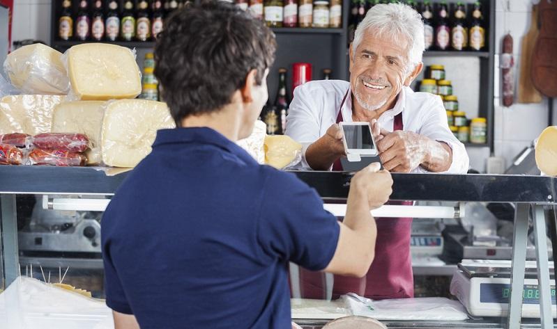 Offensichtlich ist die mobile Kartenzahlung eine Altersfrage. Für die Gruppe der 30- bis 44-Jährigen ist das Bezahlen per Kreditkarte die beliebteste Zahlweise. ( Foto: Shutterstock-Tyler Olson)