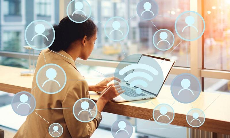 Immer mehr Kunden wollen keine E-Mail schreiben oder anrufen, wenn sie eine Frage an ein Unternehmen haben. ( Foto: Shutterstock-GaudiLab )