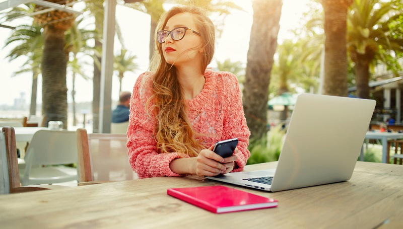 Doch im Frühling und Sommer wären viele Angestellte sicherlich lieber draußen! (Foto: Shutterstock-GaudiLab )