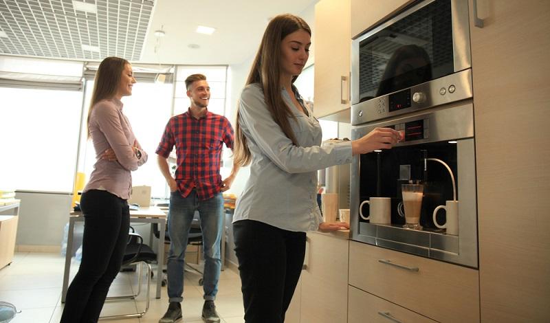 Mitarbeiter in Start-ups berichten häufig, dass sie zwar nicht mit hohen Löhnen, wohl aber mit einem guten Kaffee gelockt werden. (Foto: Shutterstock-tsyhun)