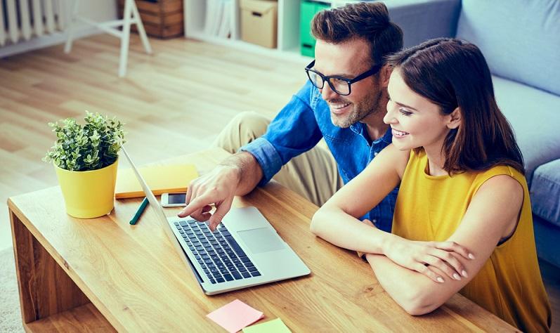 Der Online Handel bietet eine riesige Auswahl Öffnungszeiten 24 Std an 365 Tagen (Foto: Shutterstock- baranq )