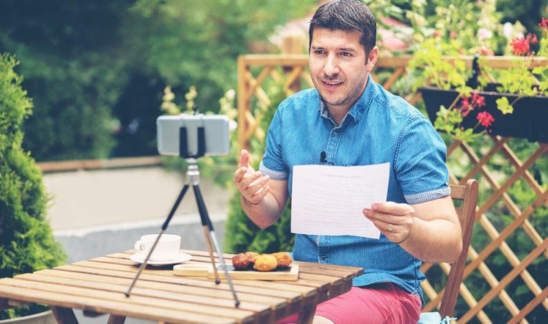 Bei einem als Video veröffentlichten Interview kommt die Körpersprache der Beteiligten noch zum Tragen. (Foto: Shutterstock-Dan Rentea )