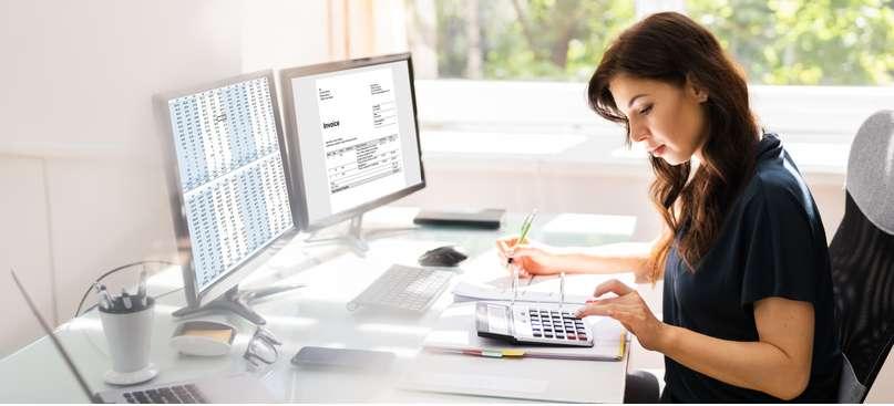 Es gibt aktive und passive Bestandskonten, wobei aktive Konten für Vermögenswerte stehen. ( Foto: Shutterstock-_Andrey_Popov )