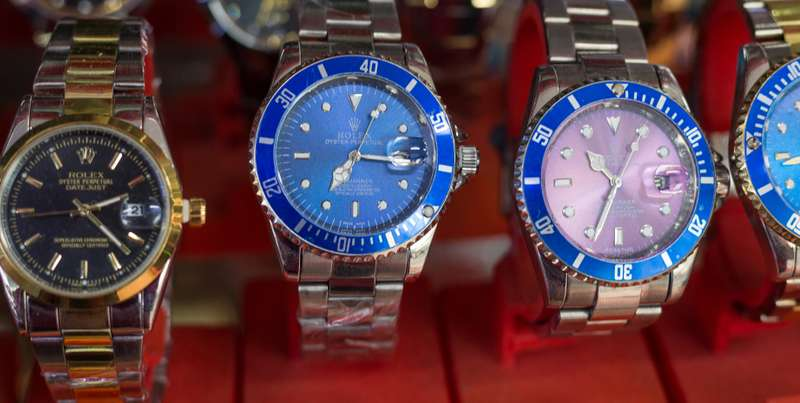 Ein besonders niedriger Preis für eine angeblich neue Rolex ist ein Hinweis auf eine Fälschung. ( Foto: Shutterstock -  rodcoffee )
