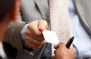 Visitenkarten sind im persönlichen Kundenkontakt nach wie vor ein wichtiges Werbemittel. Damit bleiben die Unternehmer viel besser im Gedächtnis. (Foto: shutterstock - ESB Professional)